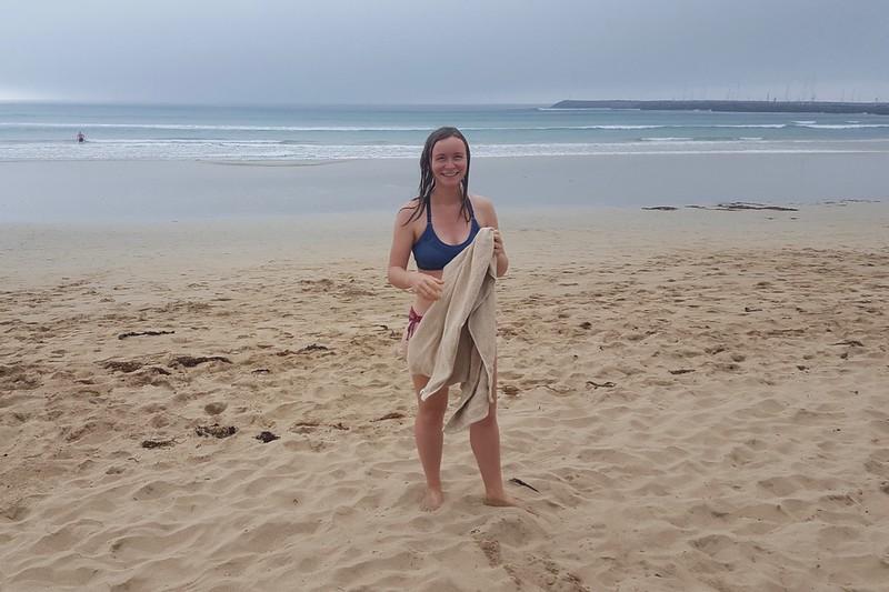 Maria geht mal wieder an einem der schönen Strände an der Great Ocean Road baden.