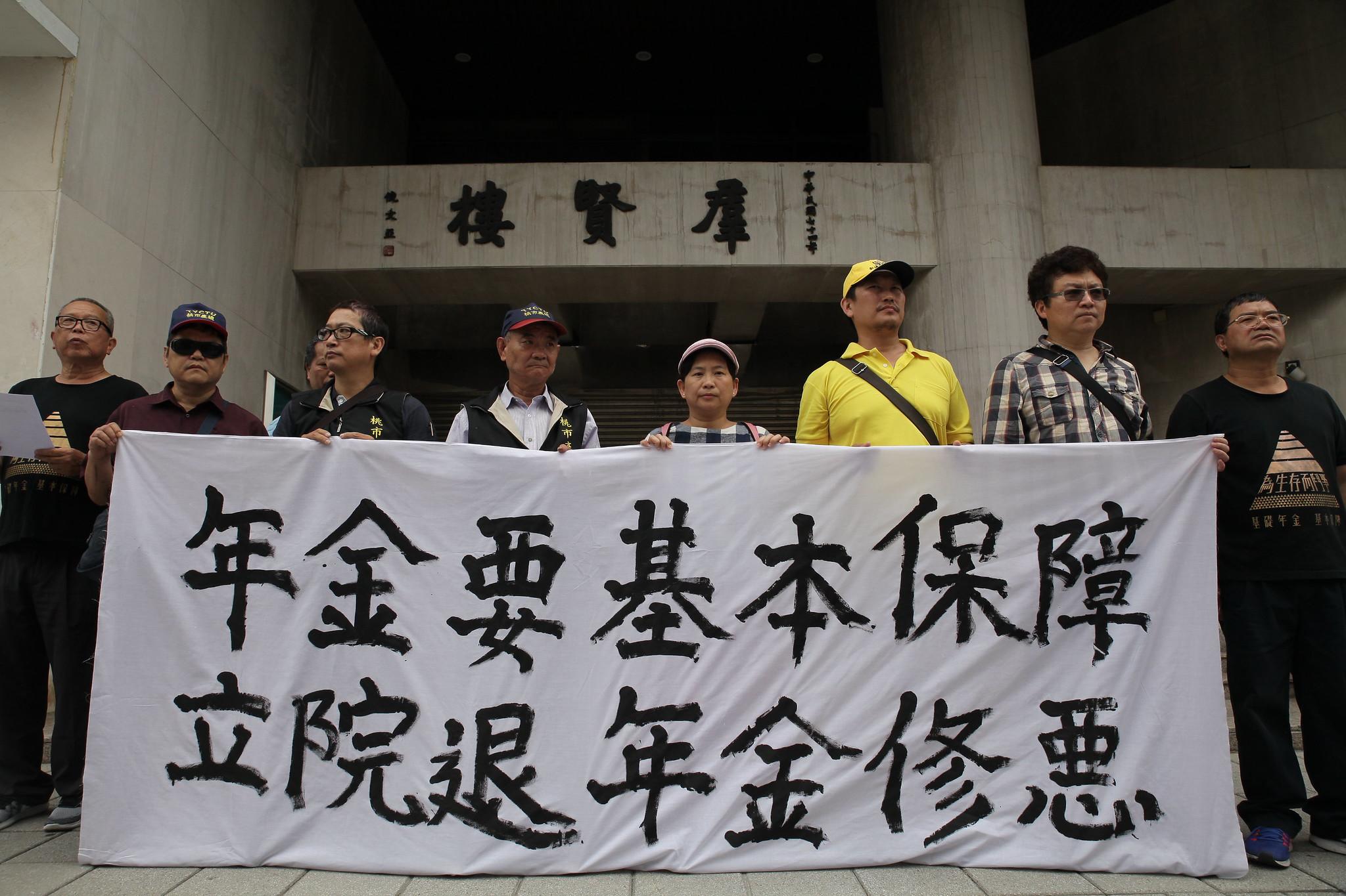 工鬥團體再赴立法院要求退回勞保年金改革草案。(攝影:陳逸婷)