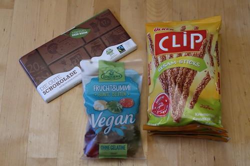 Schokolade (von Plant for the Planet), Sesam-Sticks (von Ülker) und veganes Fruchtgummi Bunte Blüten (von Lühders)