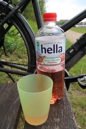 Mineralwasser mit 10% Rhabarber-Direktsaft (von Hella)