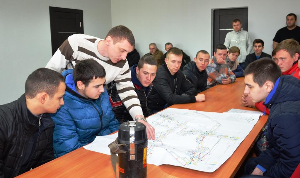 Студенты перед спуском в шахту прошли инструктаж по технике безопасности и изучили план запасных выходов