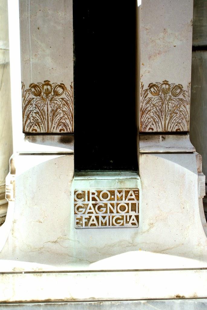 Motif art nouveau au cimetière de la Certosa à Bologne.