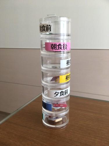重なる筒形ケース(病院のもの)