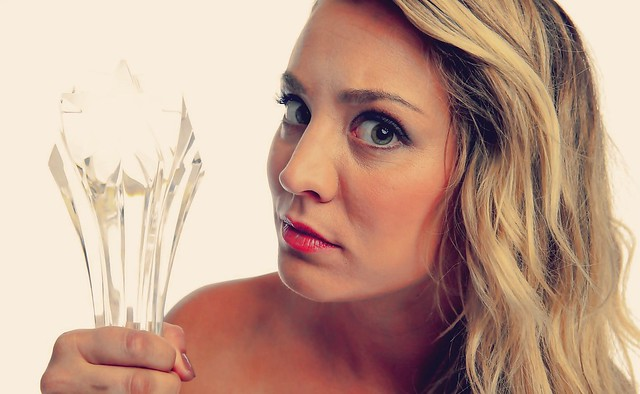 Kaley Cuoco gana Critics Choice Awards 2013