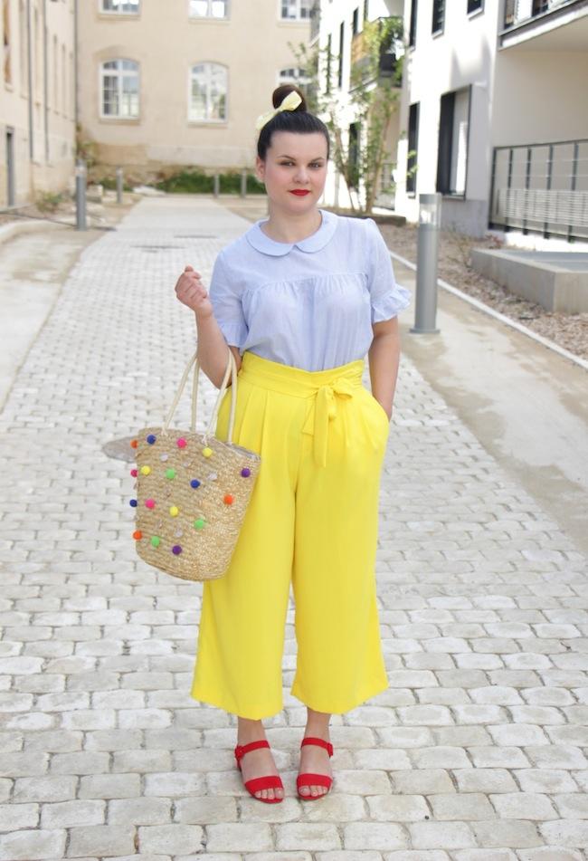 Jupe culotte jaune et panier à pompons
