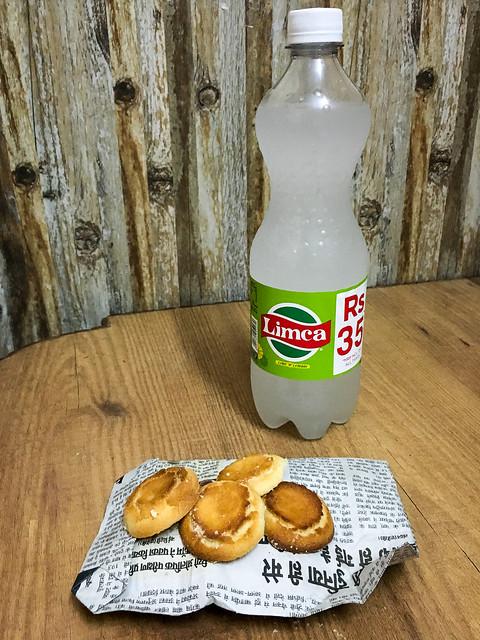 "Cookies and indian famous lemon juice ""Limca"", Delhi, India デリー バザールで買った焼き立てクッキーと有名なレモンジュース「リムカ」"