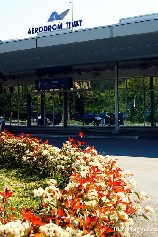 Вход в тиватский аэропорт
