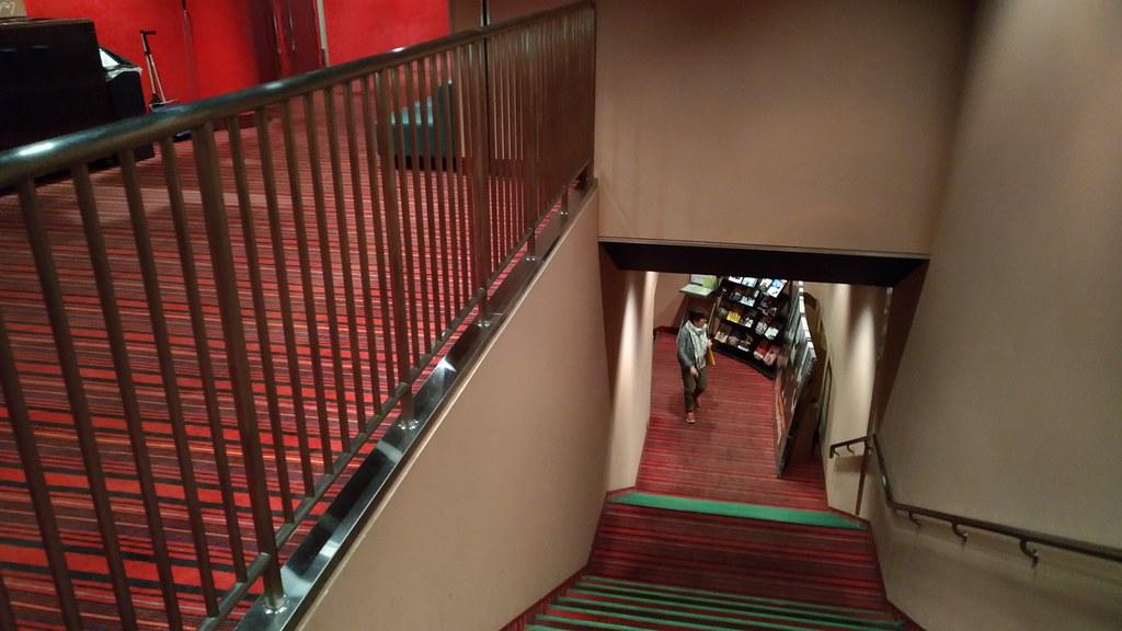 丸の内ピカデリーの階段