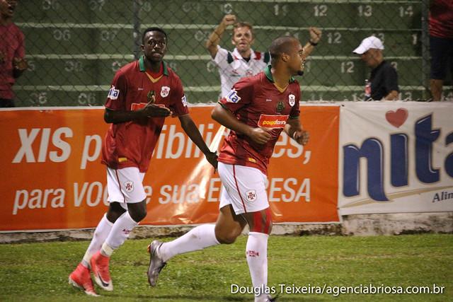 Lucas Lino, atacante da Portuguesa Santista, comemora gol marcado diante do Olímpia, em partida que a Briosa empatou com o Olímpia em 1 a 1. O jogo foi válido pelas quartas de final do Paulistão A3