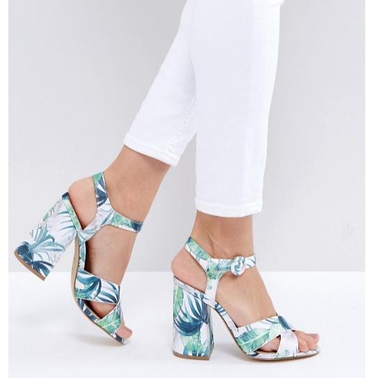 modello sandali fantasia tropicale aperto con tacco alto largo
