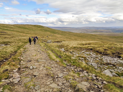 The descent path around the side of Simon Fell