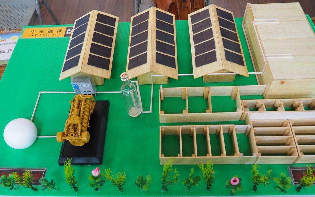 業者展示畜牧場沼氣發電的模型。攝影:李育琴。
