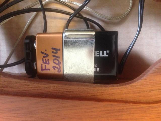 Trocando a bateria de 9v 33933223834_dba7cd38ee_z