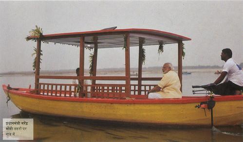 प्रधानमंत्री नरेंद्र मोदी लहरों पर नाव में