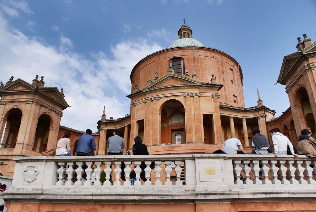 Vue sur le sanctuaire San Luca de Bologne.