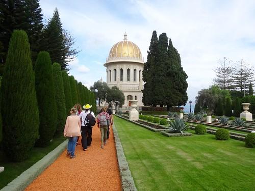 Volg de gele hoed bij de Baha'i tuinen in Haifa