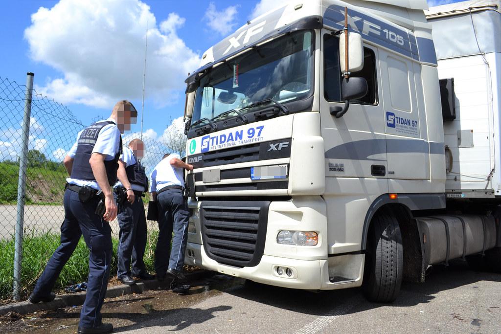 A8 bei Pforzheim-Ost: LKW-Fahrer zw. LKW und Zaun eingeklemmt - 13.05.2017