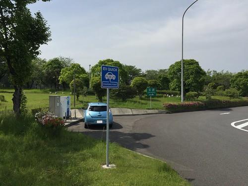 宮崎自動車道 霧島SA(上り)で急速充電中の日産リーフ