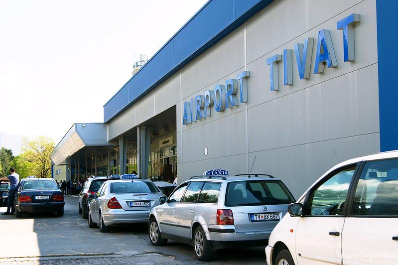 Такси перед аэровокзалом Тивата