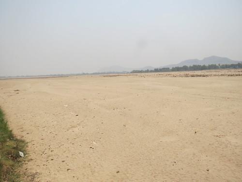 फल्गु नदी में दूर तक बिछी रेत की चादर