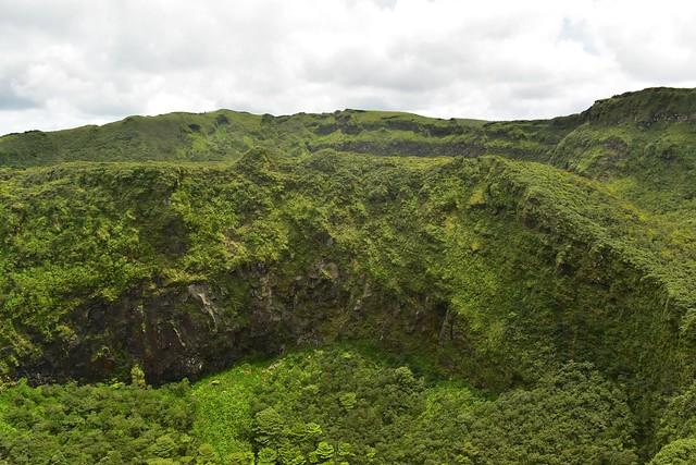 八丈富士・中央火口丘の断崖絶壁