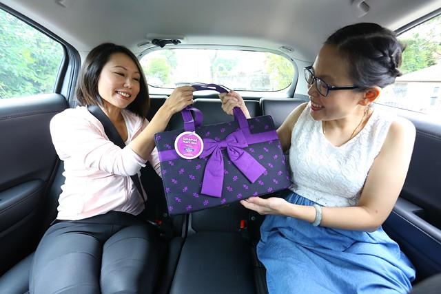 01_Mum receiving Anmum Materna Kit Vital Mama on the ride