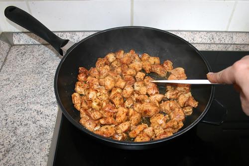 29 - Hühnchenbrustwürfel anbraten / Fry chicken dices