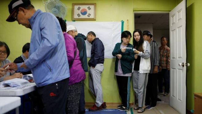 Người dân Hàn Quốc bỏ phiếu bầu tổng thống mới - Ảnh: Reuters