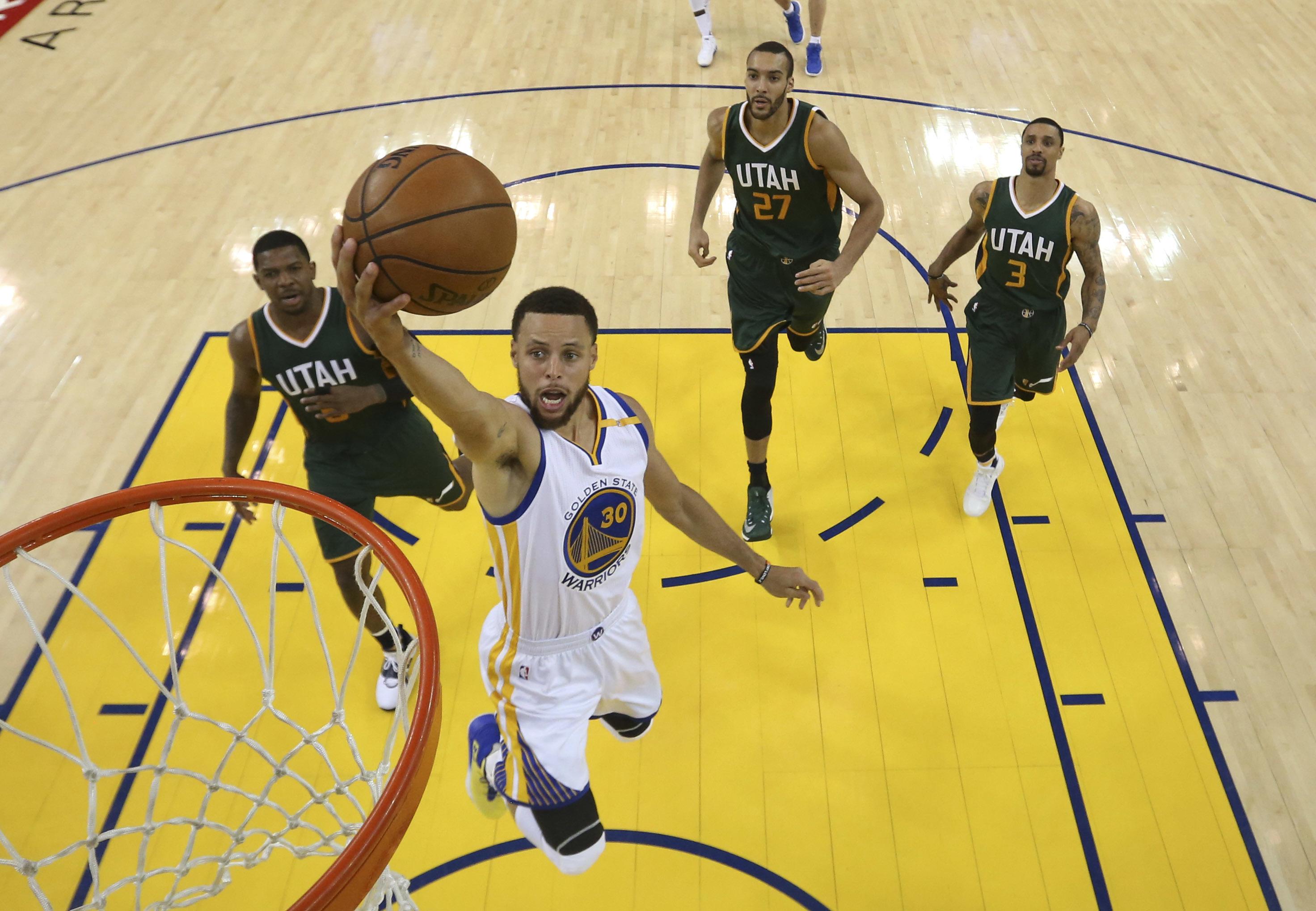 Stephen Curry(30號)以22分7籃板5助攻成績,帶領勇士擊敗爵士。(達志影像)