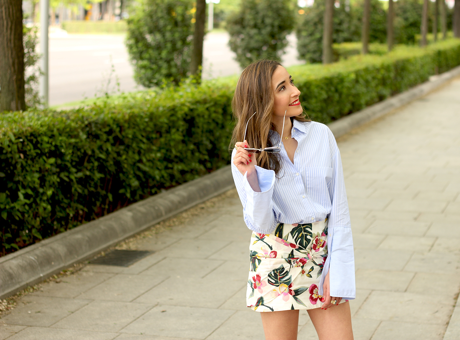Floral print shorts striped shirt converse summer style fashion05