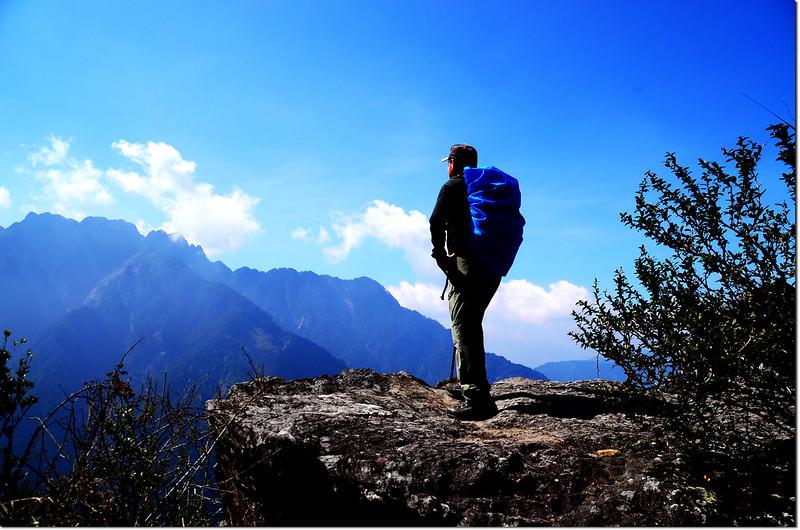 玉山登山步道(背景為小南山、南玉山)