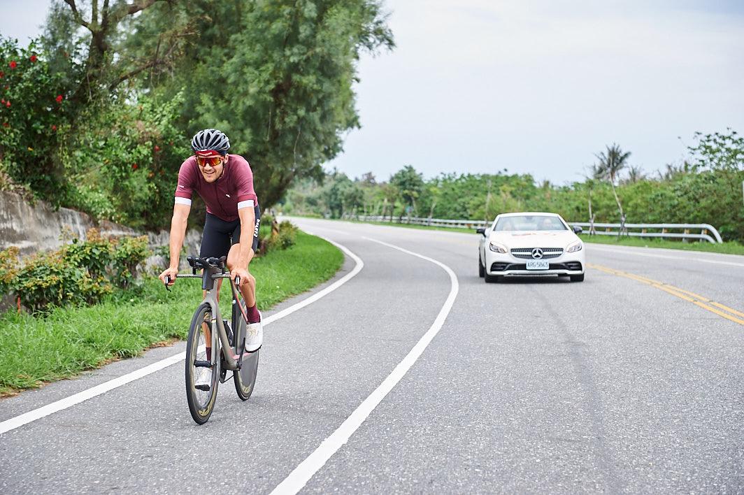 台灣賓士出動 Mercedes-AMG SLC 43 陪伴選手朝向目標勇往直前,圖為弗洛丹諾(Jan Frodeno)於賽前熟悉台東路線練習準備...