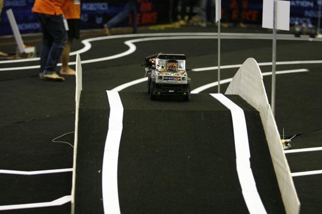 Những chiếc ô tô không người lái vượt chướng ngại vật tại phần thi chung kết -Ảnh: NAM TRẦN