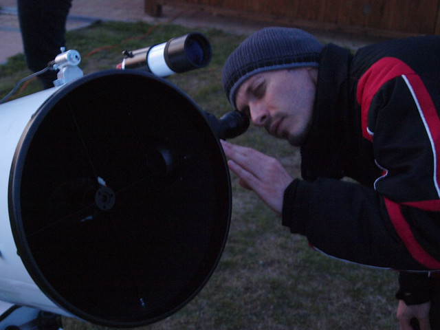 Varga György keresi a Jupitert 30 cm-es Dobsonjával (Csizmadia Szilárd felvétele)