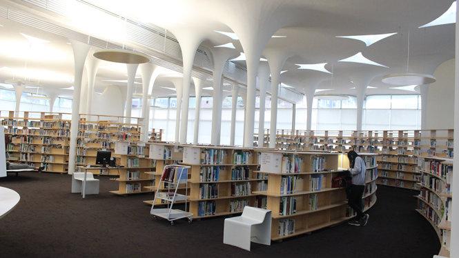 """Thư viện """"được thiết kế như một tán cây rừng"""". Trong suốt cả ngày, ánh sáng tràn qua trần nhà và soi rọi những trang sách để sinh viên đắm chìm vào - Ảnh: HÀ BÌNH"""