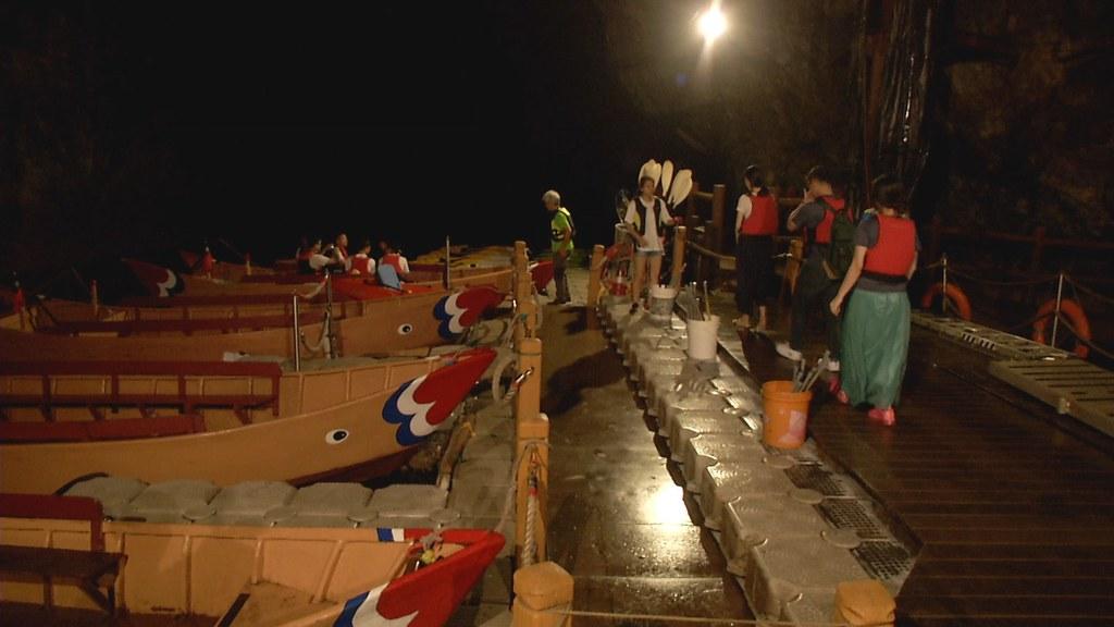 馬祖風景管理處在北海坑道內,舉辦搭船夜觀藍眼淚。