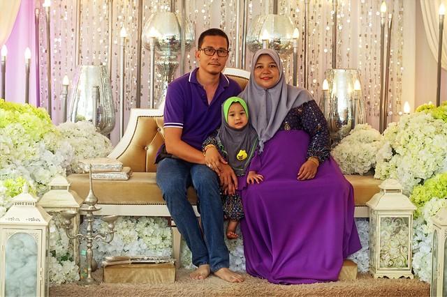 Saya, isteri dan Aisyah ambil kesempatan bergambar diatas pelamin pengantin yang cantik.