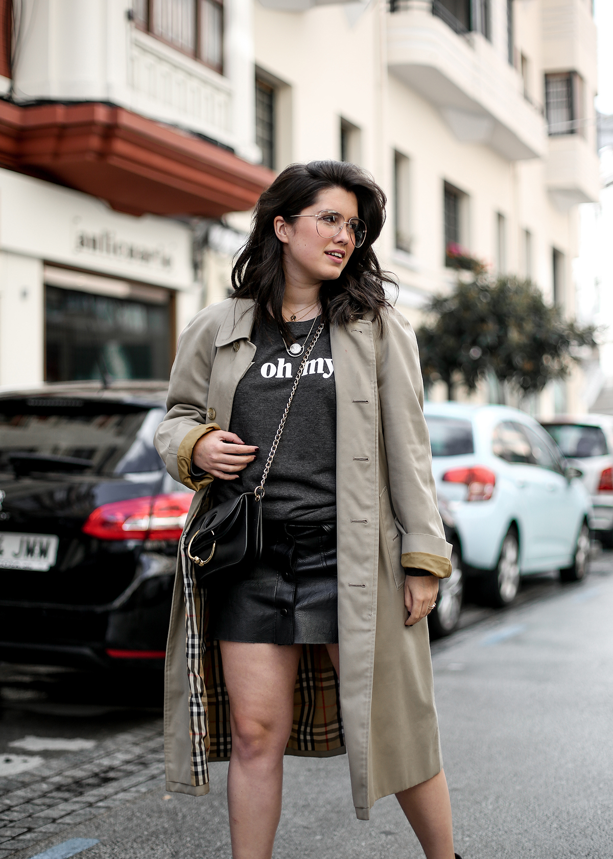 look-con-sudadera-gris-joanie-clothing-my-oh-my-burberry-trench-jw-anderson-pierce-bag14