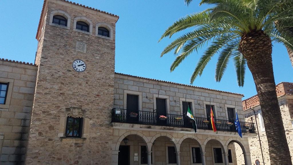 El Ayuntamiento de Coria decreta un día de luto oficial y las banderas ondean a media asta por el fallecimiento del pequeño Mario