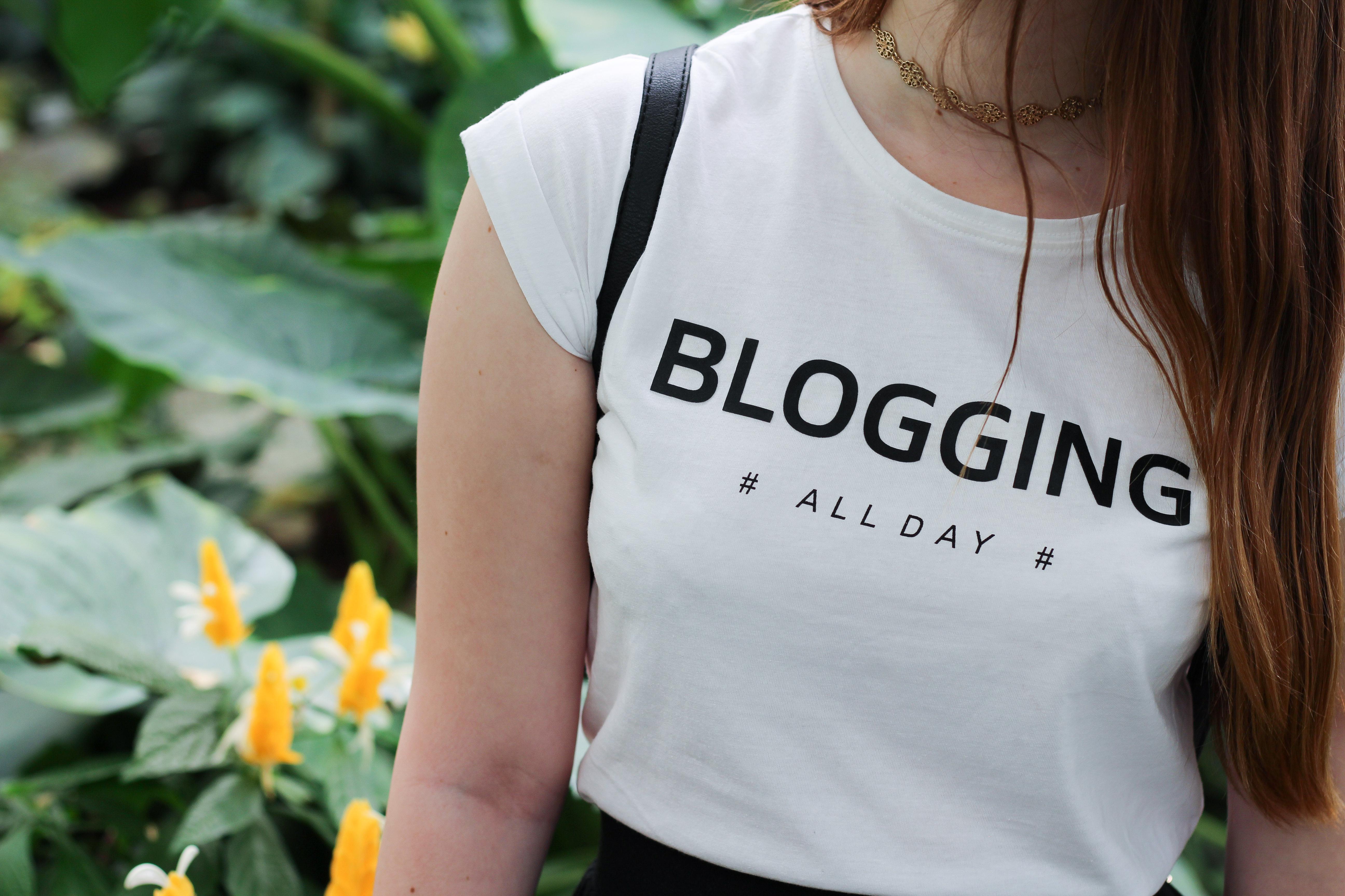 botanic garden blogger outfit plated skirt white tshirt