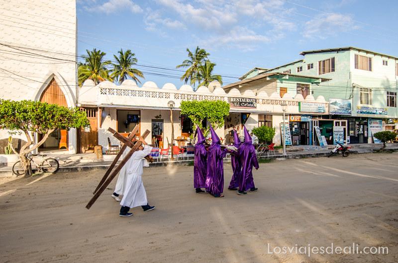 vivir en las islas galapagos procesión semana santa