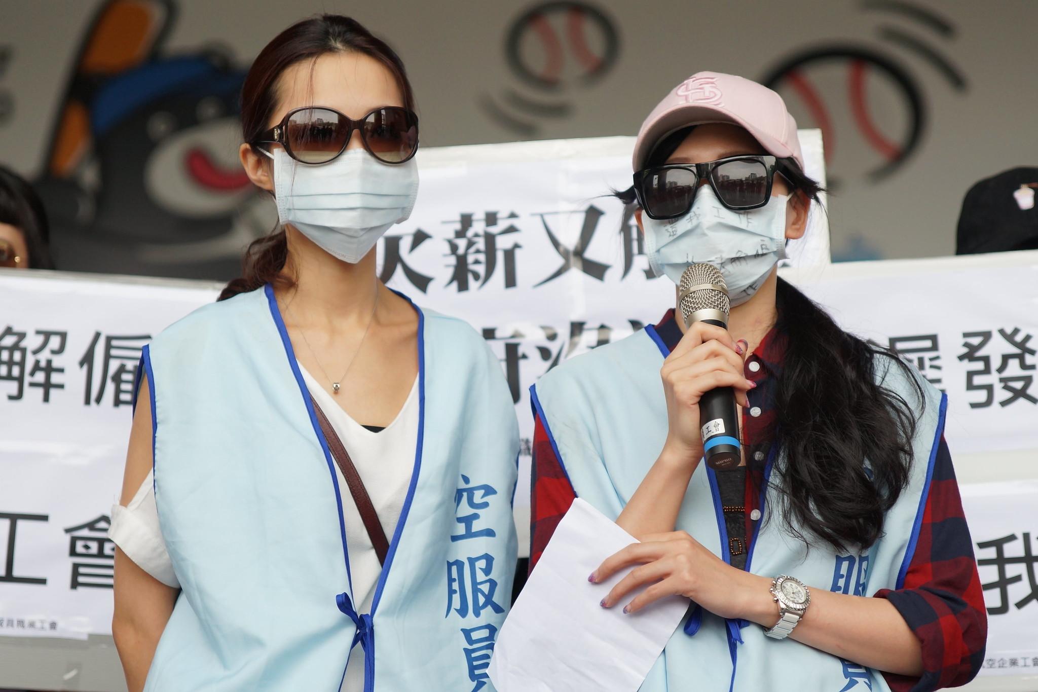 被遠航解雇的空服員詹小姐(右)痛批資方聲明內容不實。(攝影:王顥中)