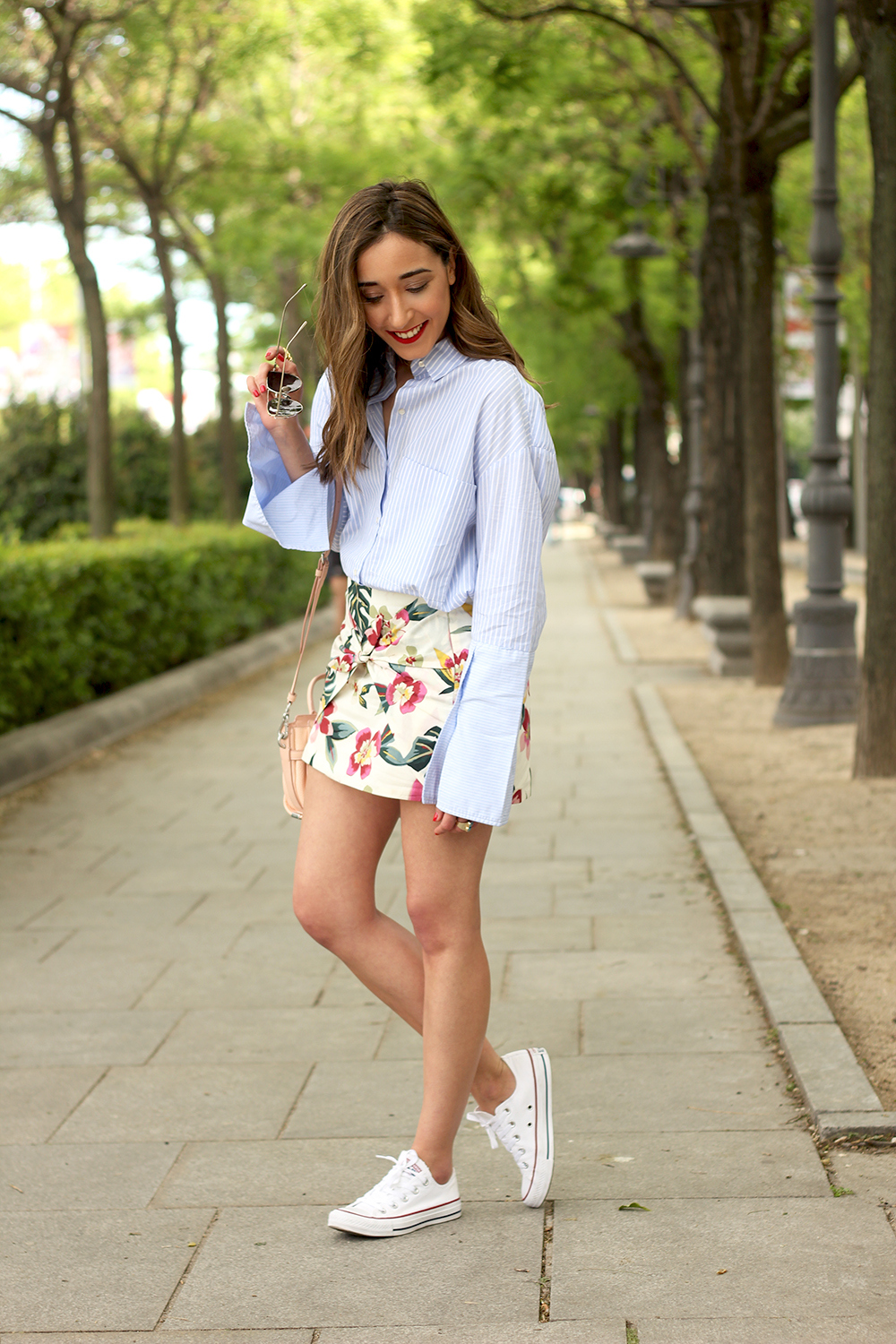 Floral print shorts striped shirt converse summer style fashion04
