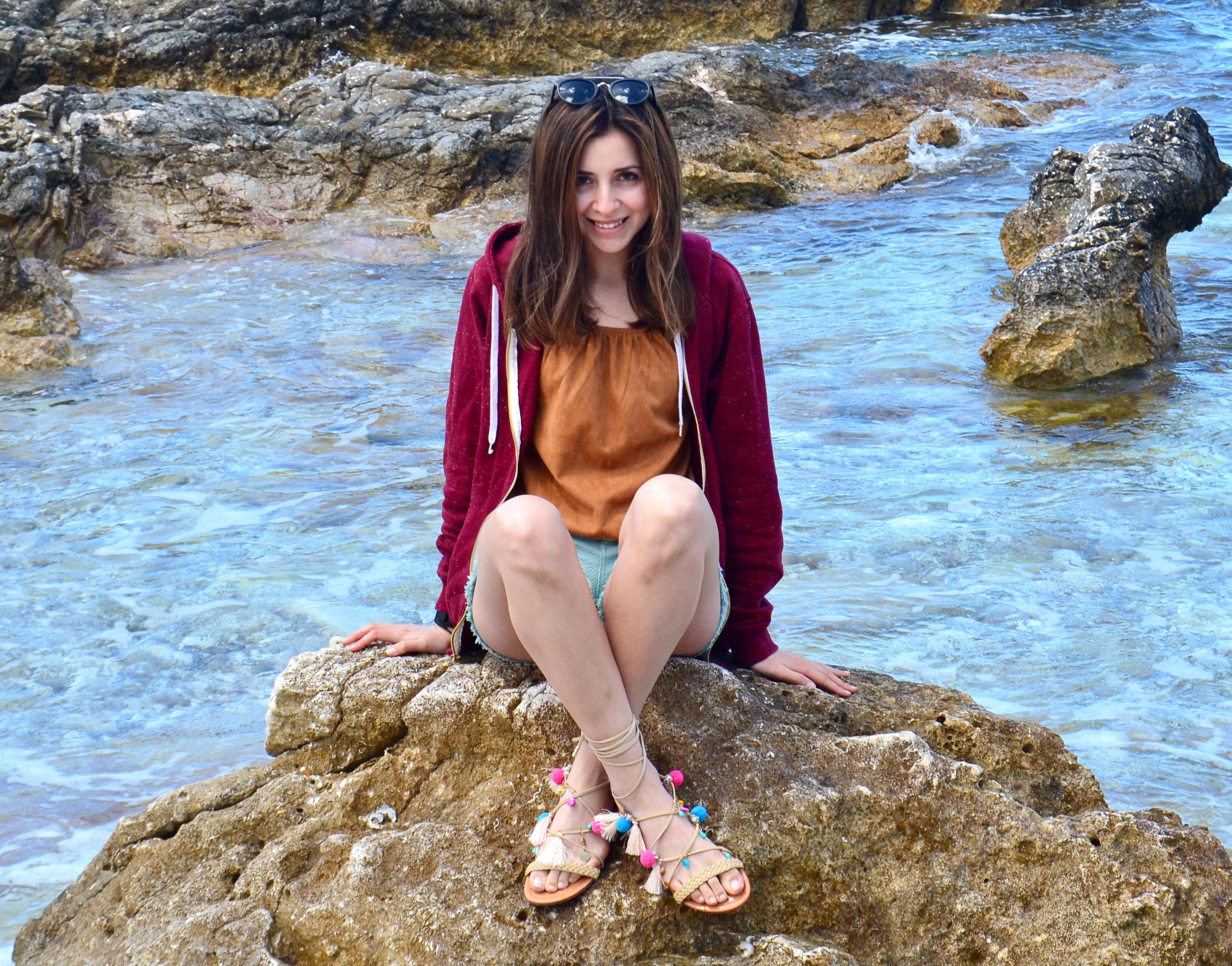 Elisabetta Pascale con sandali pon pon amiclubwear al mare
