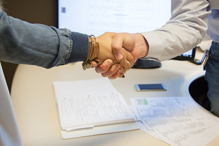 handshake sealing the deal | by franchiseopportunitiesphotos