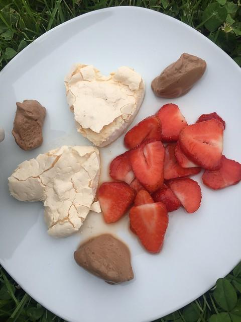 Baiser Herzen mit marinierten Erdbeeren und Schokomousse