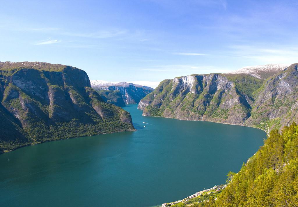 Paseo en barco por los fiordos en Noruega