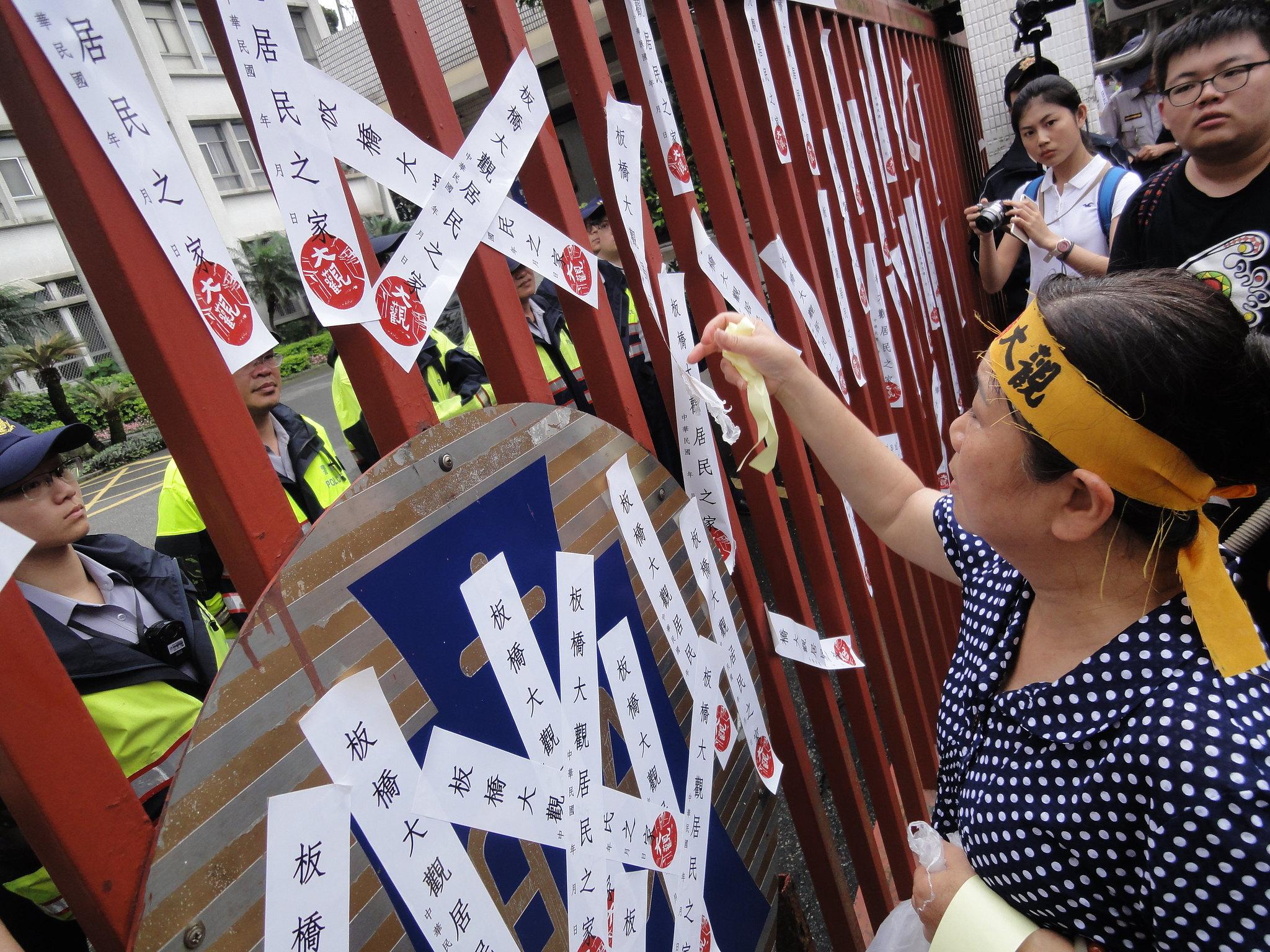 居民在財政部大門前貼上封條以示抗議。(攝影:張智琦)