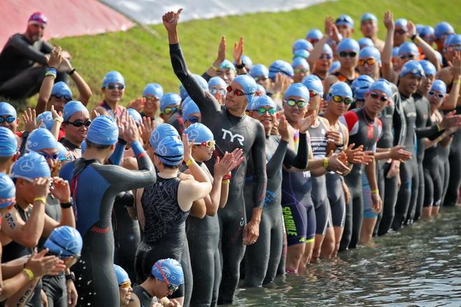 鐵人三項吸引不少喜好運動的民眾報名參加,圖為揚.弗洛丹諾(Jan Frodeno)於台東活水湖進行游泳項目,眾人鳴笛下水畫面頗為壯觀。