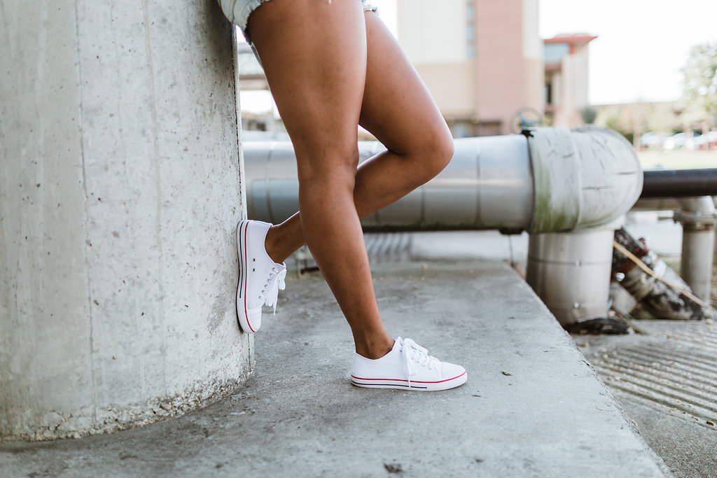 how to wear white canvas sneakers